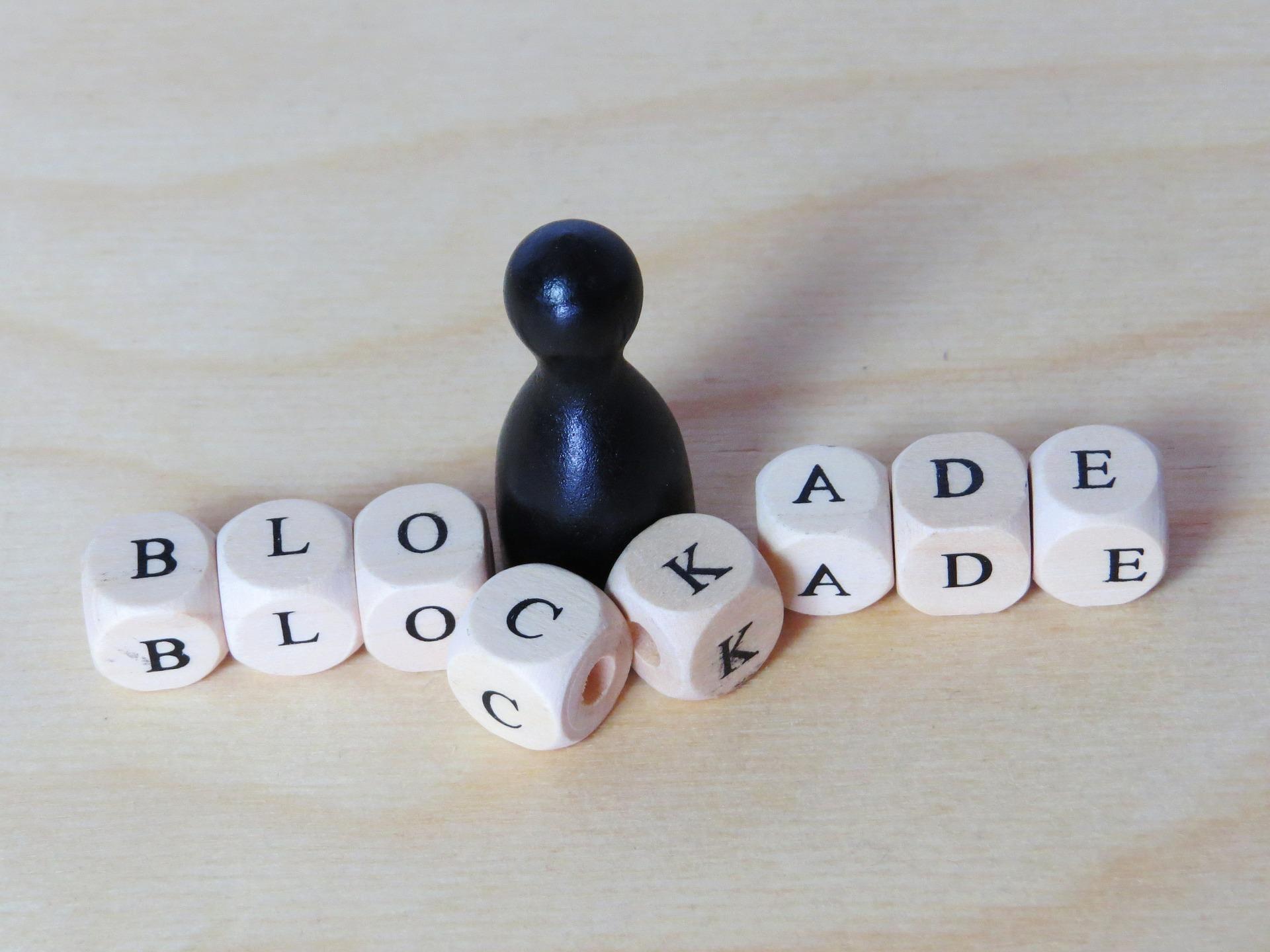 Ein Bild zeigt ein schwarzes kegelmännchen vor den Buchstaben B-L-O-C-K-A-D-E